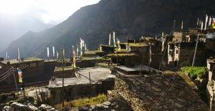 Nepal-Bergdorf von den Dachspitzen Stockfotografie