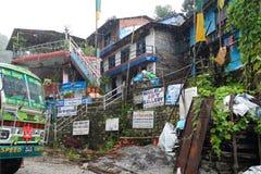 Nepal buss på en regnig dag arkivfoton
