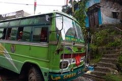 Nepal buss på en regnig dag Royaltyfri Bild