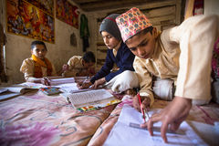 Nepal - crianças que fazem trabalhos de casa na escola de Jagadguru fotos de stock royalty free