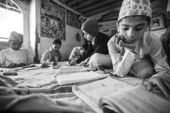 Nepal - crianças que fazem trabalhos de casa na escola de Jagadguru imagem de stock