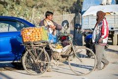 Nepal - 23 de dezembro de 2016:: Laranja fresca da venda do homem do Nepali em Kath Imagens de Stock Royalty Free