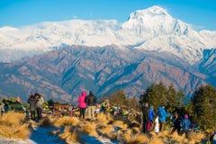 Nepal - 26 de dezembro de 2016:: O ponto de opinião de Poon Hill para considera a neve mo imagens de stock