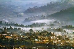 Nepal de Himalayan dalarna i morgonen Arkivbilder