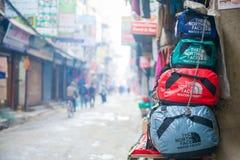 Nepal - 4 de janeiro de 2017:: bagagem da lona para a venda na loja de Thamel Fotografia de Stock