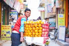 Nepal - 3 de janeiro de 2017:: Laranja mercante nepalesa da venda no b Fotos de Stock