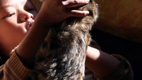 Nepal - 11 de novembro de 2018: menina local nepalesa asiática pobre que guarda um gatinho vídeos de arquivo