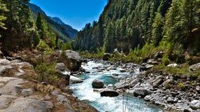 Nepal, de verbazende aard en het luisteren een rivier zijn koel gevoel stock afbeeldingen
