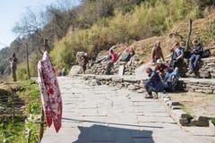 Nepal - 29 december 2016:: de reiziger neemt een rust bij het park Royalty-vrije Stock Foto's