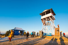 Nepal - 26 December 2016:: Poon Hill siktspunkt för ser snö mo Arkivbild