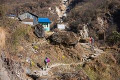 Nepal - 29 December 2016:: Wandeling aan de berg van Himalayagebergte in Nepal Royalty-vrije Stock Fotografie
