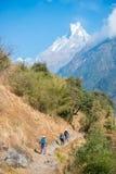 Nepal - 29 December 2016:: Wandeling aan de berg van Himalayagebergte in Nepal Stock Foto