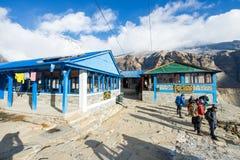 Nepal - 31. Dezember 2016:: Häuschen und Restaurant auf Annapurna-Ba Stockbild