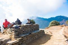 Nepal - 26. Dezember 2016:: Reisender, der auf dem Felsenziegelstein d sitzt Lizenzfreie Stockfotografie