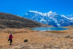 Nepal - dziewczyna przy lodowym jeziorem obraz royalty free