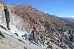 Nepal, emigrando en Himalaya Formaciones de roca en una altura de 4000 metros sobre nivel del mar imagen de archivo libre de regalías