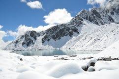 Nepal, emigrando en Himalaya, paisaje de la montaña cerca del pueblo de Machermo, 4500 metros sobre nivel del mar Imagen de archivo