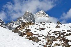 Nepal, emigrando en Himalaya, paisaje de la montaña cerca del pueblo de Machermo, 4500 metros sobre nivel del mar Imagen de archivo libre de regalías
