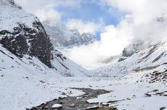 Nepal, emigrando en Himalaya, paisaje de la montaña cerca del pueblo de Machermo, 4100 metros sobre nivel del mar imágenes de archivo libres de regalías