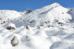Nepal, emigrando en Himalaya, paisaje de la montaña cerca del pueblo de Machermo, 4500 metros sobre nivel del mar Fotografía de archivo libre de regalías
