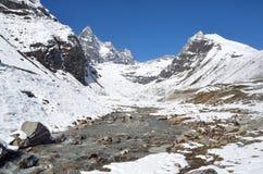 Nepal, emigrando en Himalaya, paisaje de la montaña cerca del pueblo de Machermo, 4100 metros sobre nivel del mar foto de archivo