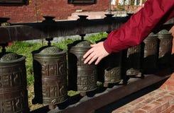 Nepal-Gebetsräder auf traditionellem Haushintergrund Lizenzfreie Stockfotos