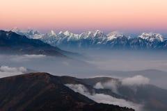 Nepal-Gebirgslandschaftsvogelperspektive mit Lizenzfreie Stockfotos
