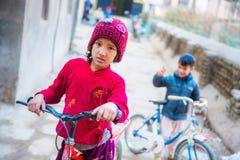 Nepal - 22 2016 Grudzień: Nepalska dziewczyna i chłopiec jedziemy rower Fotografia Stock