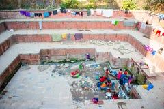Nepal - 22 2016 Grudzień: ludzie use wody od starego jawnego pon Zdjęcie Stock