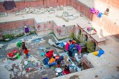Nepal - 22 2016 Grudzień: ludzie use wody od starego jawnego pon Fotografia Royalty Free