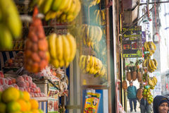Nepal 23 2017 Grudzień: owoc sklep w Kathmandu miasteczku Zdjęcie Stock