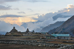 Nepal, het dorp van Phortse Tenga in het Himalayagebergte, 3600 meters boven overzees - niveau, oude stupas bij zonsondergang stock foto