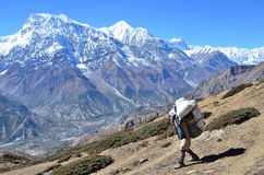 Nepal, Himalaja, November, 04, 2012 Tourist auf einem Gebirgspfad im Himalaja Stockfoto
