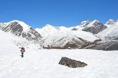 Nepal, Himalaja, Oktober, 20, 2013 Tourist auf einem Gebirgspfad im Himalaja Lizenzfreies Stockfoto