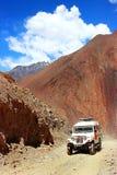 Nepal, himalaje królestwo Górny mustang - Kwiecień 2015: Dżip z turystami i bagażem jedzie na halnej drodze Obraz Stock