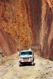 Nepal, himalaje królestwo Górny mustang - Kwiecień 2015: Dżip z turystami i bagażem jedzie na halnej drodze Fotografia Royalty Free