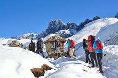 Nepal, Himalaya, octubre, 20, 2013 Turistas en un rastro de montaña en Himalaya Foto de archivo libre de regalías