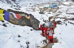 Nepal, Himalaya, octubre, 20, 2013 Turistas en un rastro de montaña en Himalaya fotografía de archivo