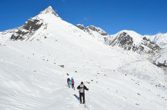 Nepal, Himalaya, octubre, 20, 2013 Turistas en un rastro de montaña en Himalaya Foto de archivo