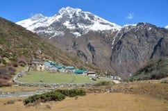 Nepal, Himalayagebergte, dorp in de bergen in zonnige dag royalty-vrije stock fotografie