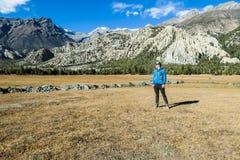 Nepal - homem no prado Himalaia imagens de stock