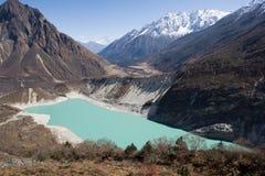 Nepal. Ijzig meer bij de bodem van bergManaslu royalty-vrije stock afbeelding