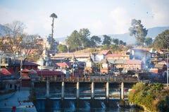 Nepal - 4 Januari 2017:: Hinduisk kremering i Nepal på Pashupatina Royaltyfri Bild
