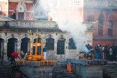 Nepal - 4 Januari 2017:: Hinduisk kremering i Nepal på Pashupatina Royaltyfri Fotografi