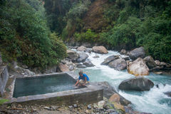 Nepal - 2 Januari 2017:: Jhinu varm vår Nepal royaltyfri fotografi