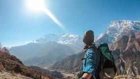 Nepal - Jonge Mens die Annapurna-Ketting bewonderen stock foto