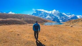 Nepal - Jonge Mens, Ijsmeer en Annapurna-Ketting royalty-vrije stock afbeelding