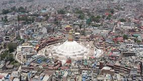 Nepal Kathmandu all boudhanath buddha eyes den j?tte- guld- halvklotet kathmandu nepal som f?r f?rgrund ser ?vre white f?r mindre stock video