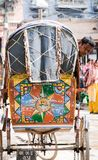 Nepal, Kathmandu, 19 03 2017: Lokales Fahrzeugrikschasuchen lizenzfreies stockbild