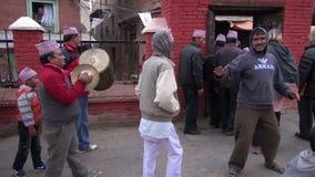 NEPAL, KATMANDU †'GRUDZIEŃ 18: ludzie grupują odświętność w Katmandu ulicie Ślubny festiwalu czerep, Grudzień 18, 2013, zbiory